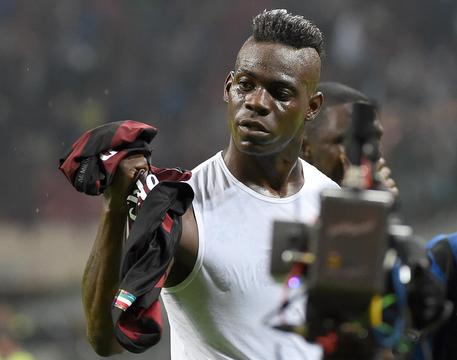 AC Milan's forward Mario Balotelli shows his jersey at the end of the Italian Serie A soccer match between FC Inter and AC Milan at Giuseppe Meazza Stadium in Milan, 13 Settembre 2015. ANSA/ DANIEL DAL ZENNARO